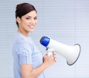 Χαμογελώντας ισπανική επιχειρηματίας που κρατά megaphone Στοκ Εικόνες