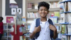 Χαμογελώντας ισπανικό αγόρι στο σχολείο απόθεμα βίντεο