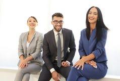 Χαμογελώντας και βέβαια επιχειρησιακή ομάδα που έχει το χρονικό σπάσιμο Στοκ Εικόνα