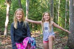 Χαμογελώντας και εκφραστικά κορίτσια που εξετάζουν τη κάμερα στοκ εικόνες