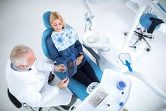 Χαμογελώντας και ικανοποιημένος ασθενής μετά από την επιτυχή θεραπεία με τον Στοκ εικόνες με δικαίωμα ελεύθερης χρήσης