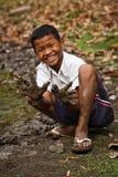 Χαμογελώντας καμποτζιανό αγόρι με τα λασπώδη χέρια s Στοκ φωτογραφίες με δικαίωμα ελεύθερης χρήσης