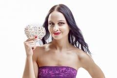 Χαμογελώντας καυκάσια γυναίκα με τη λευκιά ψάθινη εκμετάλλευση καρδιών Στοκ φωτογραφίες με δικαίωμα ελεύθερης χρήσης