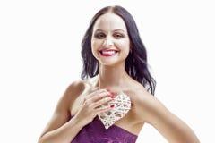 Χαμογελώντας καυκάσια γυναίκα με τη λευκιά ψάθινη εκμετάλλευση καρδιών Στοκ εικόνες με δικαίωμα ελεύθερης χρήσης