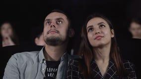 Χαμογελώντας κινηματογράφος προσοχής γυναικών Ρομαντική ταινία κωμωδίας ρολογιών ζευγών απόθεμα βίντεο