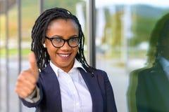 Χαμογελώντας κομψή γυναίκα που δίνει τον αντίχειρα επάνω Στοκ Εικόνες