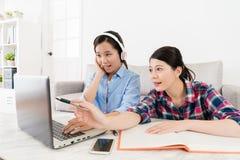 Χαμογελώντας κομψός σπουδαστής κοριτσιών που φορά το ακουστικό Στοκ φωτογραφίες με δικαίωμα ελεύθερης χρήσης