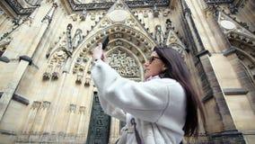 Χαμογελώντας κομψός τουρίστας γυναικών που παίρνει selfie χρησιμοποιώντ φιλμ μικρού μήκους