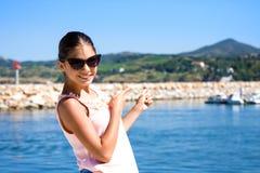Χαμογελώντας κορίτσι ενάντια στο θαλάσσιο λιμένα σε Argeles sur mer Γαλλία Στοκ Φωτογραφίες