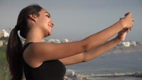 Χαμογελώντας κορίτσι εφήβων που παίρνει τη φωτογραφία με Smartphone απόθεμα βίντεο