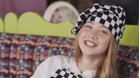 Χαμογελώντας κορίτσι κύριο σε ομοιόμορφο λερώνοντας το πρόσωπό της με το αλεύρι στη κάμερα απόθεμα βίντεο