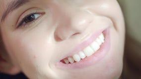 Χαμογελώντας κορίτσι με τα ιδανικά δόντια Κλείστε επάνω του ευτυχούς προσώπου γυναικών Άσπρο χαμόγελο δοντιών φιλμ μικρού μήκους