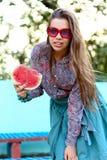 Χαμογελώντας κορίτσι με το καρπούζι Στοκ φωτογραφία με δικαίωμα ελεύθερης χρήσης