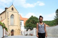 Χαμογελώντας κορίτσι μπροστά από το ναό μοναστηριών της υπόθεσης της Virgin Mary Στοκ Εικόνα