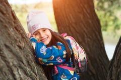 Χαμογελώντας κορίτσι παιδιών στο πάρκο μετά από το σχολείο στοκ φωτογραφίες με δικαίωμα ελεύθερης χρήσης