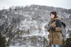 Χαμογελώντας κορίτσι που ακούει η μουσική στα χειμερινά βουνά Στοκ Εικόνες