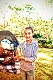 Χαμογελώντας κορίτσι που κρατά ένα σάντουιτς στη θέση για κατασκήνωση στοκ εικόνες