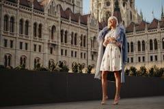 Χαμογελώντας κορίτσι που στέκεται έξω μπροστά από το παλαιό κτήριο στοκ εικόνες