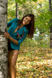Χαμογελώντας κορίτσι που στέκεται κοντά στη σημύδα Στοκ Φωτογραφία
