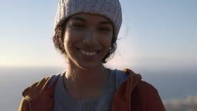 Χαμογελώντας κορίτσι που στέκεται υπαίθρια τη χειμερινή ημέρα φιλμ μικρού μήκους