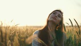 Χαμογελώντας κορίτσι στη φύση απόθεμα βίντεο