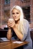 Χαμογελώντας κορίτσι στον καφέ Στοκ Φωτογραφίες