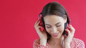 Χαμογελώντας κυρία που ακούει τη μουσική φιλμ μικρού μήκους