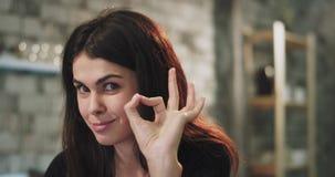 Χαμογελώντας κυρία όμορφη με τα κεραμικά στηρίγματα που φαίνονται ευθ απόθεμα βίντεο