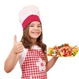 Χαμογελώντας μάγειρας μικρών κοριτσιών με τα θαλασσινά και τον αντίχειρα επάνω στοκ εικόνες με δικαίωμα ελεύθερης χρήσης