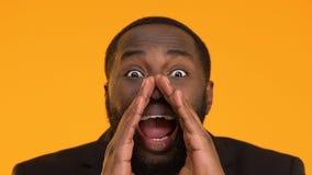 Χαμογελώντας μαύρος να φωνάξει κοστουμιών, που προσκαλεί για την κερδοφόρα εμπορική επένδυση απόθεμα βίντεο