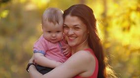 Χαμογελώντας μητέρα με το μωρό στη φύση απόθεμα βίντεο