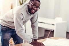 Χαμογελώντας μηχανικός που διπλασιάζεται σύροντας Στοκ εικόνα με δικαίωμα ελεύθερης χρήσης