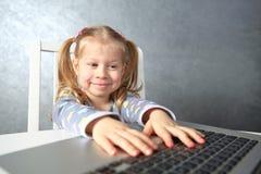 Χαμογελώντας μικρό κορίτσι που μελετά τον υπολογιστή girl laptop using Στοκ φωτογραφίες με δικαίωμα ελεύθερης χρήσης