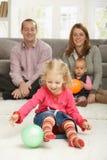 Χαμογελώντας μικρό παιδί με τη σφαίρα Στοκ εικόνα με δικαίωμα ελεύθερης χρήσης