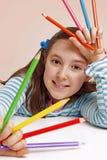 Χαμογελώντας μολύβια χρώματος εκμετάλλευσης κοριτσιών Στοκ φωτογραφίες με δικαίωμα ελεύθερης χρήσης