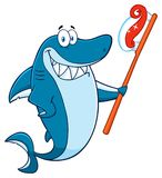 Χαμογελώντας μπλε χαρακτήρας μασκότ κινούμενων σχεδίων καρχαριών που κρατά μια οδοντόβουρτσα με την κόλλα ελεύθερη απεικόνιση δικαιώματος
