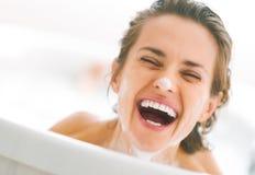 Χαμογελώντας νέα γυναίκα με τον αφρό στο πρόσωπο που φαίνεται έξω FR Στοκ Φωτογραφίες