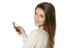 Χαμογελώντας νέα γυναίκα με το τηλέφωνο κυττάρων Στοκ εικόνα με δικαίωμα ελεύθερης χρήσης
