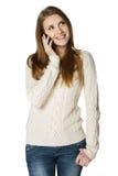 Χαμογελώντας νέα γυναίκα που μιλά στο τηλέφωνο κυττάρων Στοκ φωτογραφίες με δικαίωμα ελεύθερης χρήσης