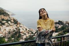 Χαμογελώντας νέα γυναίκα που seaview σε Positano, Ιταλία Διακοπές στο coastHappy τουρίστα της Αμάλφης στην Ευρώπη Ιταλική ομορφιά στοκ εικόνα