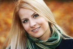 Χαμογελώντας νέα γυναίκα Στοκ Εικόνες