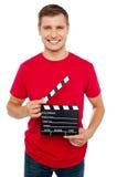 Χαμογελώντας νέα εκμετάλλευση τύπων clapperboard Στοκ εικόνες με δικαίωμα ελεύθερης χρήσης