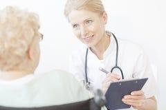 Χαμογελώντας νέος γιατρός με το στηθοσκόπιο Στοκ εικόνες με δικαίωμα ελεύθερης χρήσης