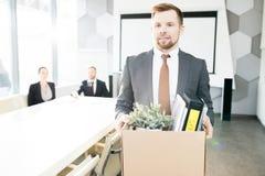 Χαμογελώντας νέος επιχειρηματίας που εγκαταλείπει την εργασία στοκ φωτογραφία με δικαίωμα ελεύθερης χρήσης