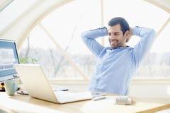 Χαμογελώντας νέος επιχειρηματίας στο γραφείο γραφείων Στοκ Εικόνες