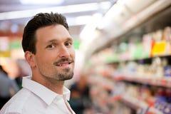 Χαμογελώντας νέος πελάτης στην υπεραγορά Στοκ εικόνα με δικαίωμα ελεύθερης χρήσης