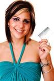 Χαμογελώντας νέο κορίτσι με την πιστωτική κάρτα της. Στοκ Φωτογραφία