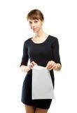 χαμογελώντας νεολαίες γυναικών επιστολών εκμετάλλευσης φακέλων Στοκ εικόνα με δικαίωμα ελεύθερης χρήσης