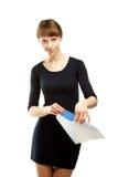 χαμογελώντας νεολαίες γυναικών επιστολών εκμετάλλευσης φακέλων Στοκ Εικόνες