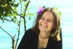 χαμογελώντας νεολαίες γυναικών τριχώματος λουλουδιών Στοκ εικόνα με δικαίωμα ελεύθερης χρήσης
